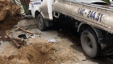 Xe container đâm xe tải, công nhân trồng cây bên đường chết oan