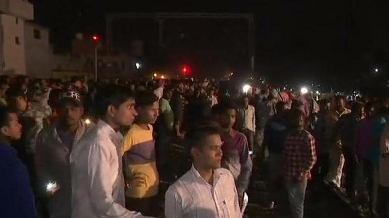 Tàu lao vào đám đông ở Ấn Độ
