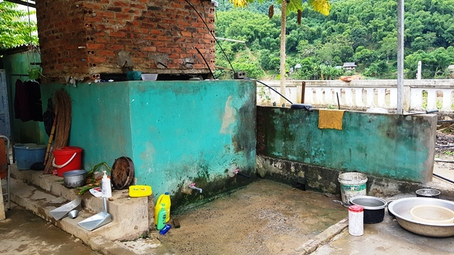 Ngôi trường suốt 3 năm thầy trò không có chỗ đi vệ sinh