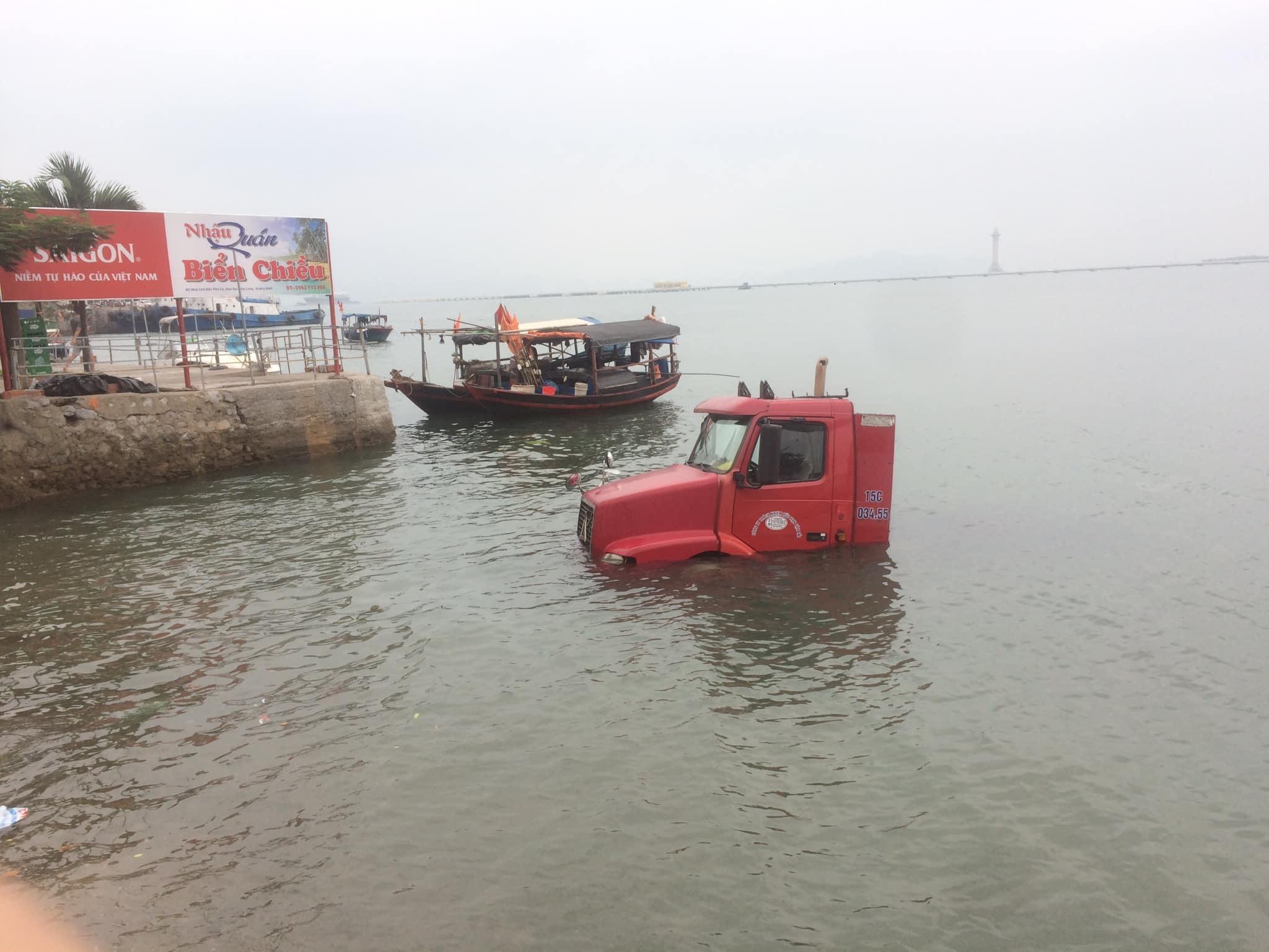 Hy hữu: Xe container trượt bánh 'tắm' dưới vịnh Hạ Long