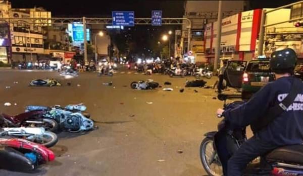 Ô tông hàng loạt xe máy ở vong xoay Sài Gòn, nhiều người thương vong