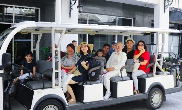 Gia đình Nguyên Khang mặc áo Mickey đi du lịch khắp nơi