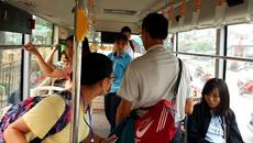 Cặp đôi vô tư diễn 'cảnh nóng' trên xe buýt khiến phụ xe bức xúc