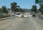 Xem máy bay hạ cánh khẩn xuống đường cao tốc