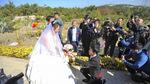 Kì lạ cặp đôi tổ chức đám cưới tại nghĩa trang