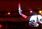 Nghệ sĩ nhào lộn rơi giữa sân khấu trước mặt khán giả nhí