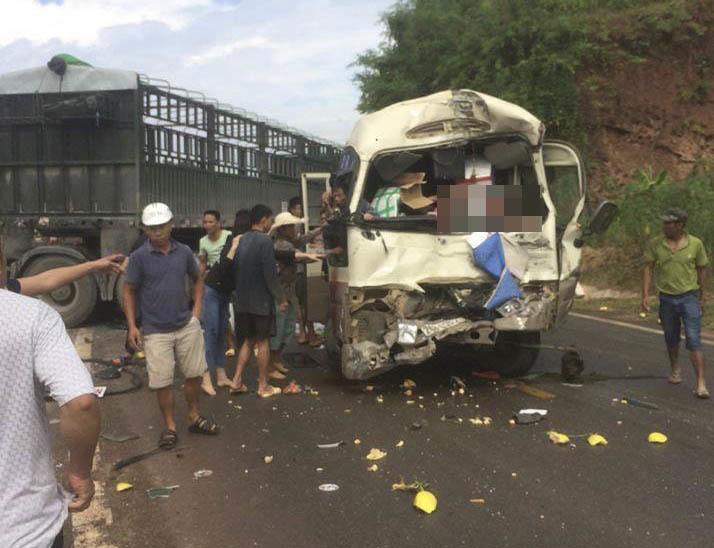 Xe đầu kéo lấn làn đối đầu xe khách, 10 người bị thương