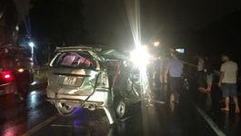 Vượt xe khách, ôtô 7 chỗ bị tông bẹp dúm, 1 người chết
