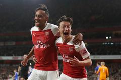 Ozil rực sáng, Arsenal thắng trận thứ 10 liên tiếp