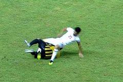 Cầu thủ U19 Malaysia khiến đối thủ dính chấn thương rợn người