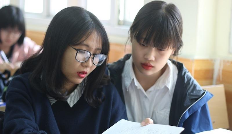 Giáo sư mặc quần đùi, sao cấm sinh viên mặc áo phông không cổ?