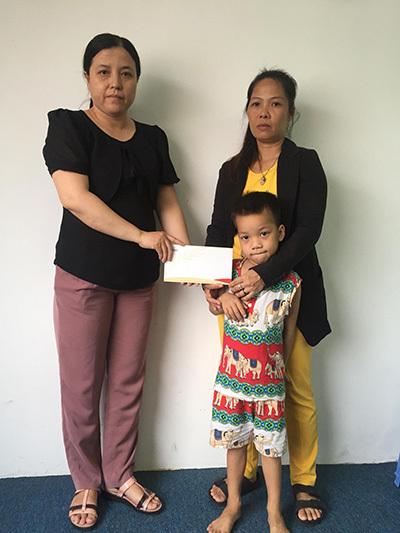 Trao 30.155.000 đồng đến bé Trần Nguyễn Huy Hoàng