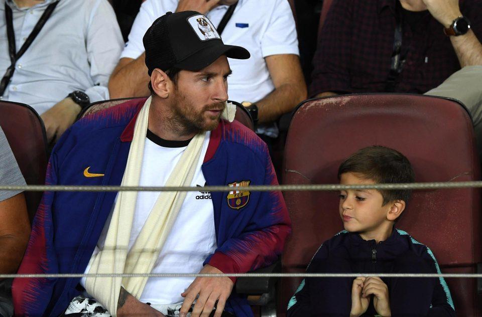 Messi cười tươi cùng con trai xem Barca đánh bại Inter
