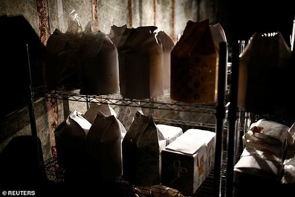 Bí ẩn những chiếc bình tro cốt không người nhận