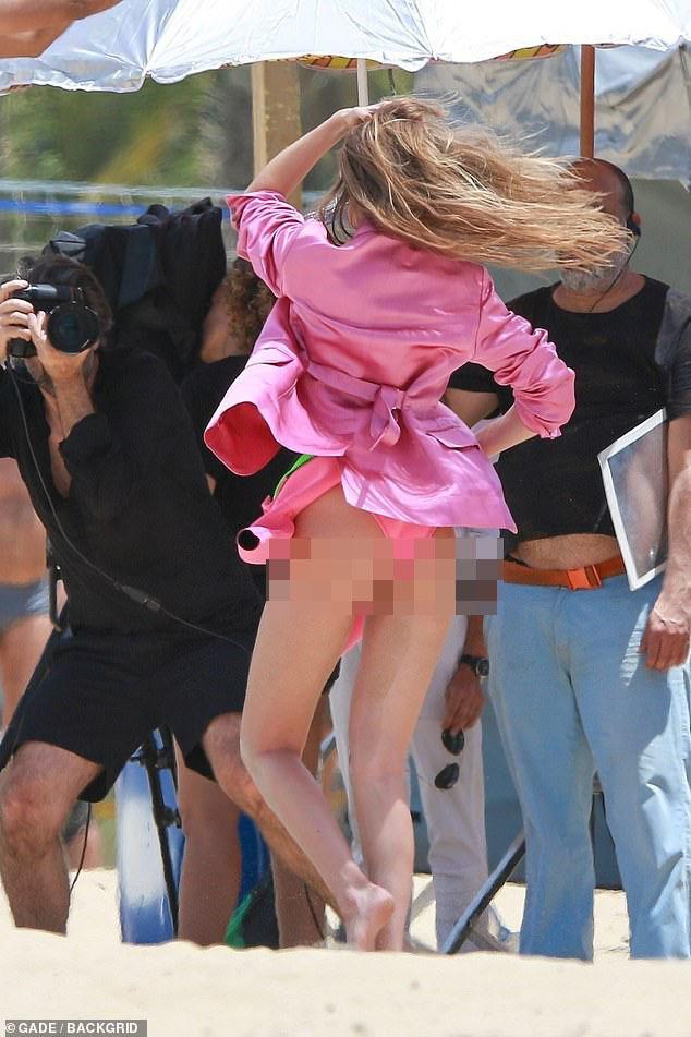 Siêu mẫu Victoria's Secret không mặc nội y, tạo dáng trên bãi biển