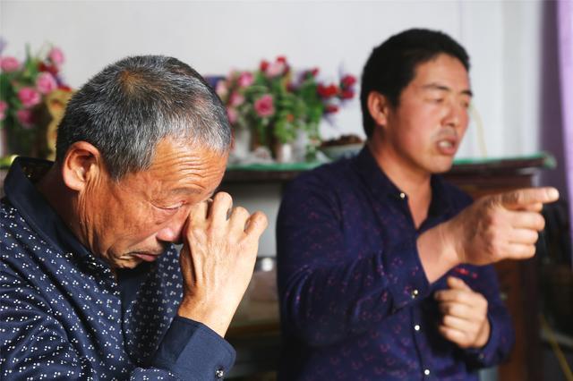 Nước mắt tuôn rơi ngày cha gặp lại 2 con trai thất lạc sau 23 năm