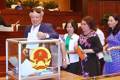 Hình ảnh đại biểu lấy phiếu tín nhiệm đối với 48 chức danh