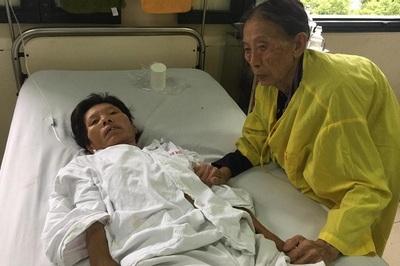 Xót xa mẹ già 83 tuổi vẫn còng lưng chăm con bị sỏi mật