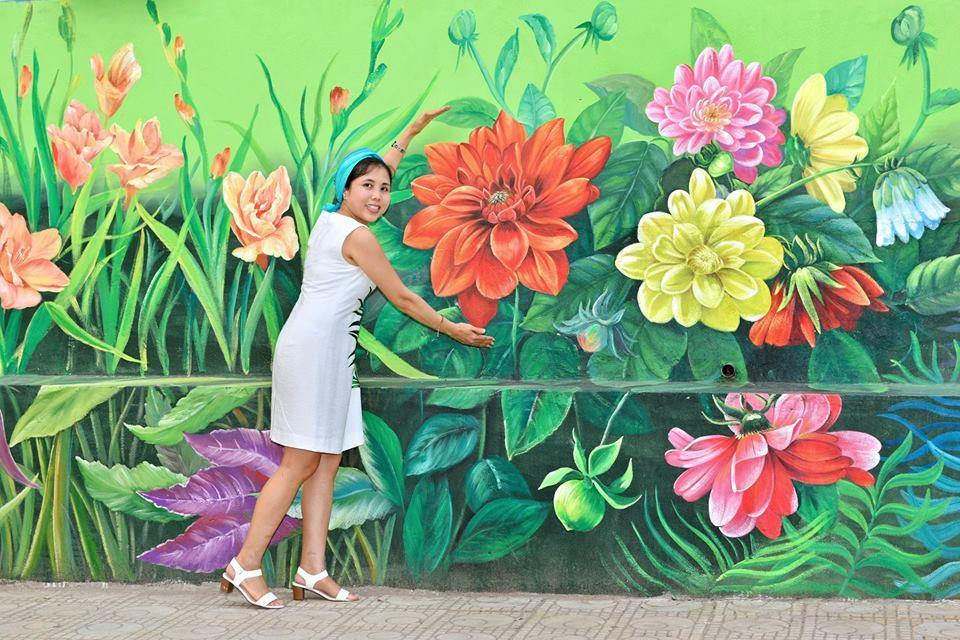 Nguyễn Thu Thủy, một trong số 6 họa sĩ thực hiện bức tranh tường này chính là tác giả của Con đường gốm sứ.