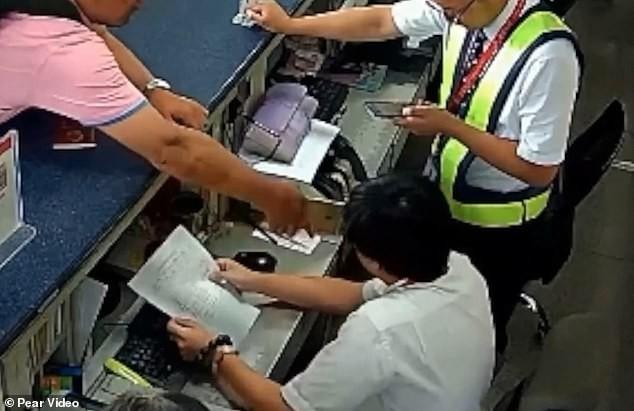 Khách Trung Quốc tát thẳng vào mặt nhân viên sân bay vì bị trễ chuyến