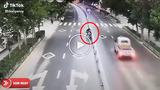 Người đàn ông mang xe ra đường nhưng lại quên xem ngày