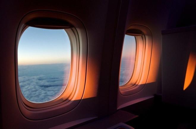Tại sao phải kéo màn che cửa sổ máy bay khi cất, hạ cánh
