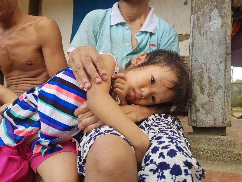 Cha mù lòa, mẹ bệnh nặng, hai đứa trẻ lả người vì đói