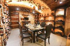Nhà hàng có thiết kế hầm rượu vang độc đáo ở Sài thành