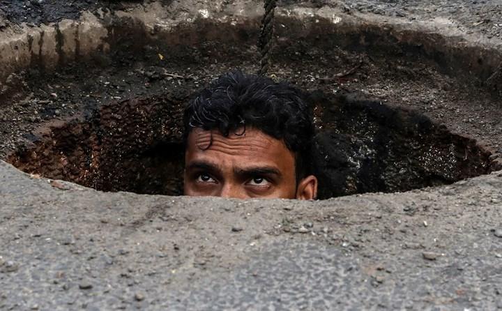Rùng mình cảnh công nhân ngụp lặn trong ống nước thải