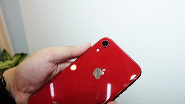 Mở hộp iPhone Xr mới về Việt Nam giá 23 triệu đồng