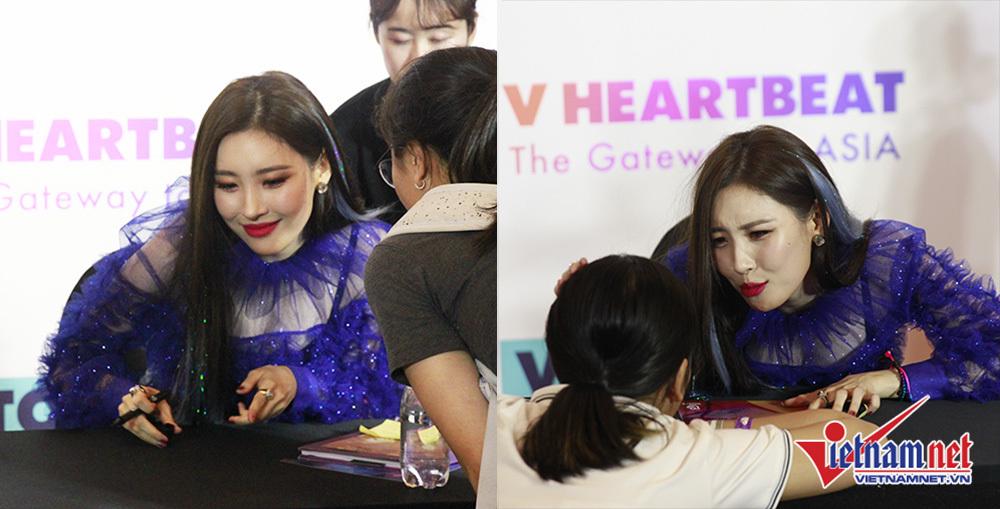 Cựu thành viên Wonder Girls ôm hôn fan trong sự kiện ký tặng tại Việt Nam