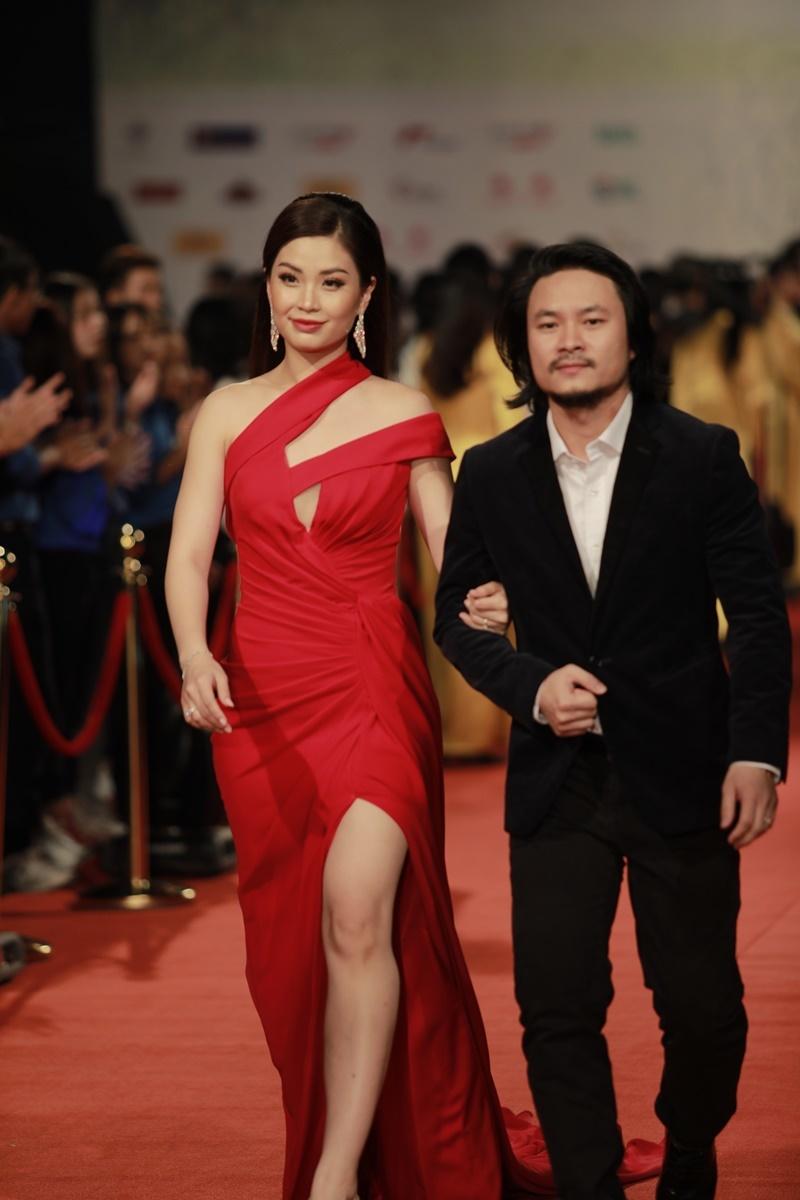 Nhật Kim Anh ngã dúi dụi trên thảm đỏ Liên hoan phim Quốc tế Hà Nội