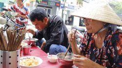 Cháo lòng nấu vào chậu thau: Bí mật bà Út 80 năm khách vẫn mê mẩn