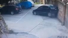 Nữ tài xế đỗ xe dở kinh hoàng, húc liên tiếp 3 ô tô rồi lùi đâm thủng tường gạch