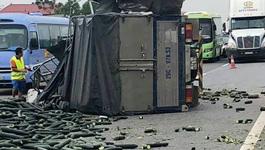 Xe tải chở bí đâm xe khách, cao tốc Nội Bài - Lào Cai tắc 20km