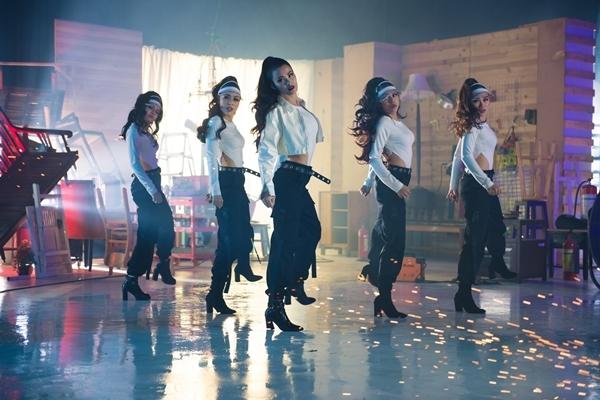 Đông Nhi quá sexy khó cưỡng trong MV kỷ niệm 10 năm ca hát