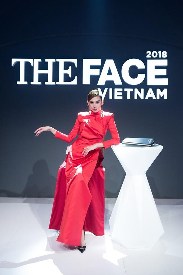 The Face tập 4: Thanh Hằng tức giận cởi giày, đòi loại 5 thí sinh