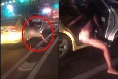 Dừng đèn đỏ, gái xinh váy ngắn thò chân tiểu tiện trên ô tô xuống đường