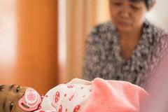 """Bố mẹ bỏ vì bệnh, bé sơ sinh níu tay bà như nói """"Con ngoan không khóc, đừng bỏ con"""""""