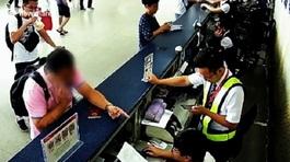 Khách Trung Quốc tát nhân viên sân bay vì bị trễ chuyến