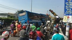 Xe khách vắt vẻo trên dải phân cách, hàng chục người hoảng loạn