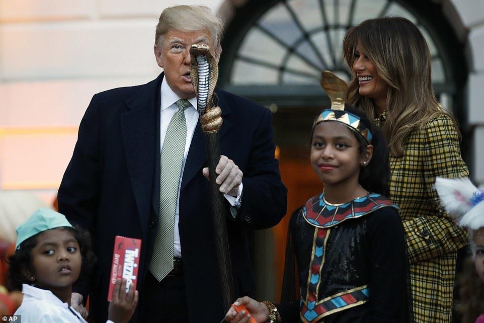 Ông Trump huơ gậy đầu rắn, phát kẹo Halloween cho trẻ em