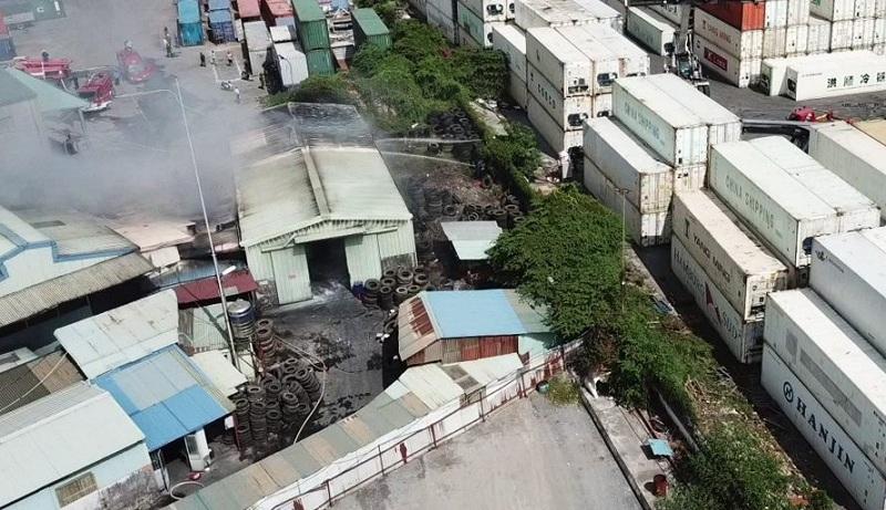 Cháy kho lốp ở KCN Đình Vũ, hoảng loạn dập lửa tứ bề