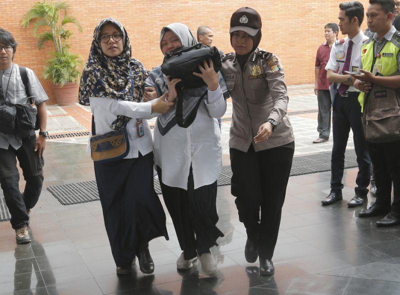 Hình ảnh thân nhân hành khách máy bay Indonesia lo lắng ngóng tin