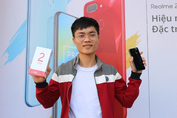 Giới trẻ nô nức 'đập hộp' Realme 2 và Realme 2 Pro