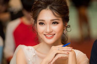 Ngọc Nữ đẹp không tì vết làm giám khảo cuộc thi nhan sắc sinh viên