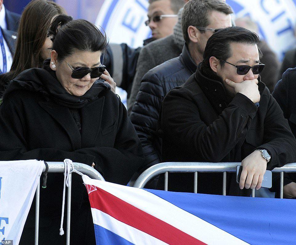 Vợ con khóc nghẹn ngào đặt hoa tưởng niệm cố Chủ tịch Vichai