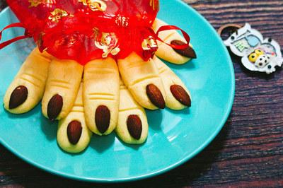 Cách làm bánh quy ngón tay phù thủy cho lễ hội Halloween
