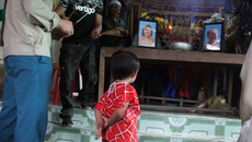 Nghẹn lòng lý do mẹ và con trai 18 tháng chết treo cổ