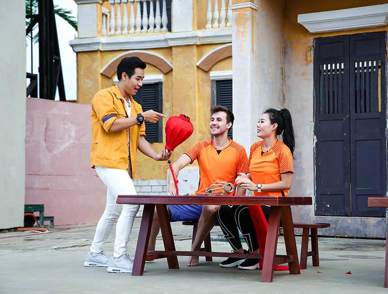 Nguyên Khang hướng dẫn Thanh Hương 'Quỳnh búp bê' làm đèn lồng Hội An